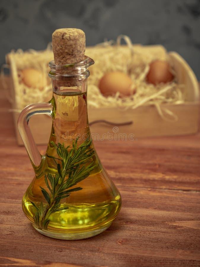 Flasche Olivenöl mit Rosmarin stockfoto