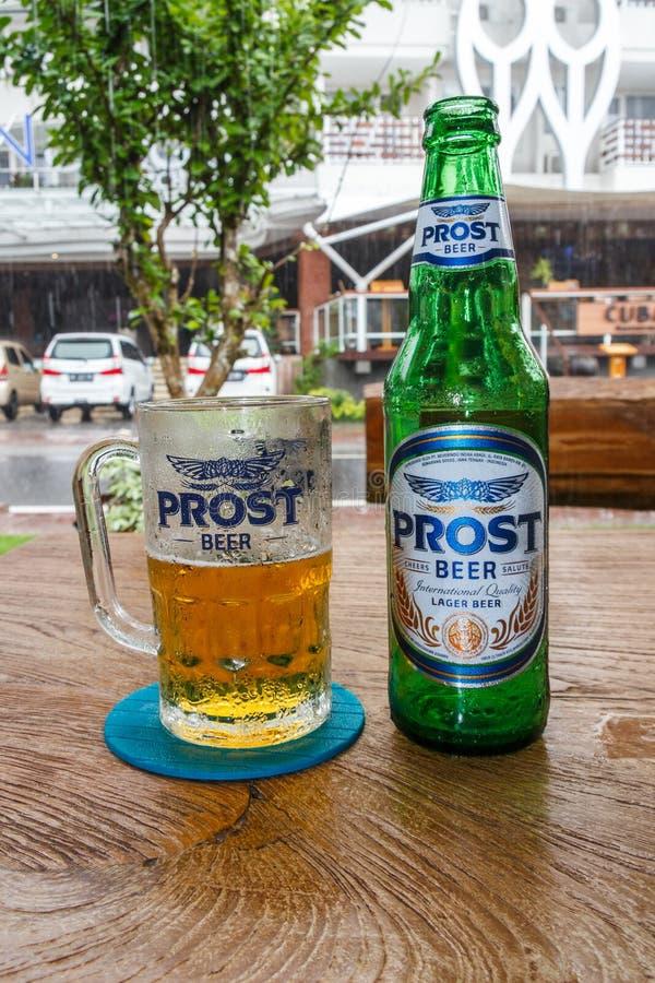 Flasche Prost-Bier lizenzfreie stockfotos