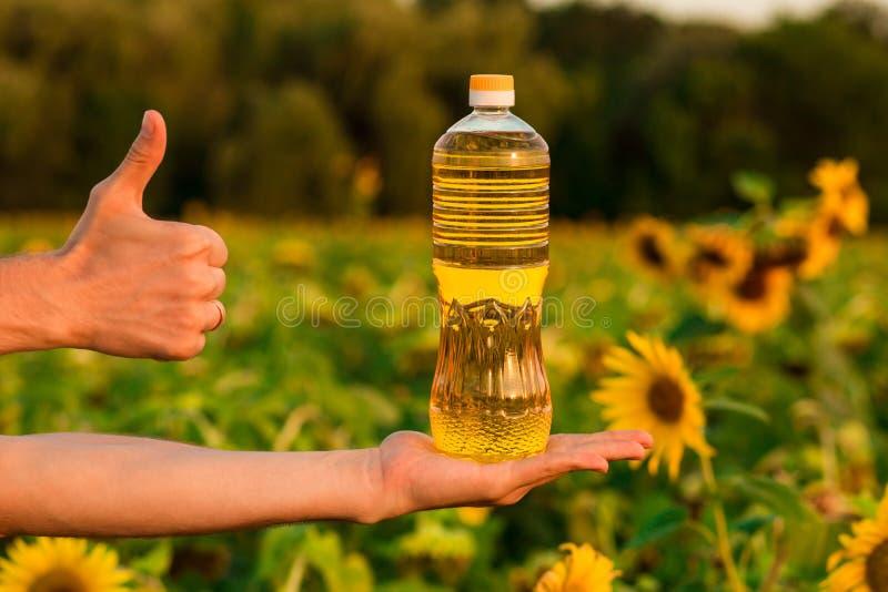Flasche Sonnenblumenöl Sonnenblumenöl verbessert Hautgesundheit und fördert Zellregeneration stockbilder