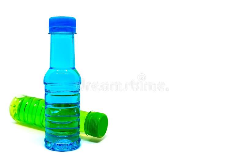 Flasche Trinkwasser auf weißem Hintergrund stockfotos