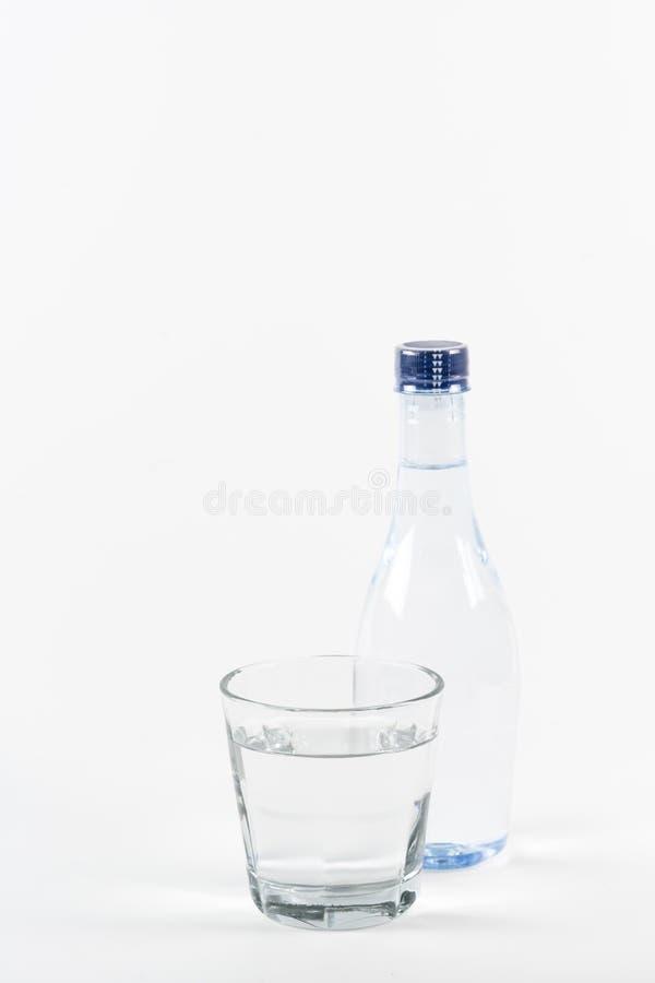 Flasche Trinkwasser auf weißem Hintergrund lizenzfreie stockfotografie