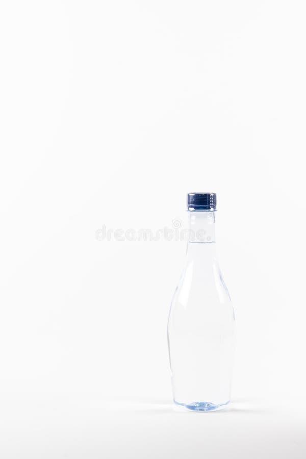 Flasche Trinkwasser auf weißem Hintergrund stockbild