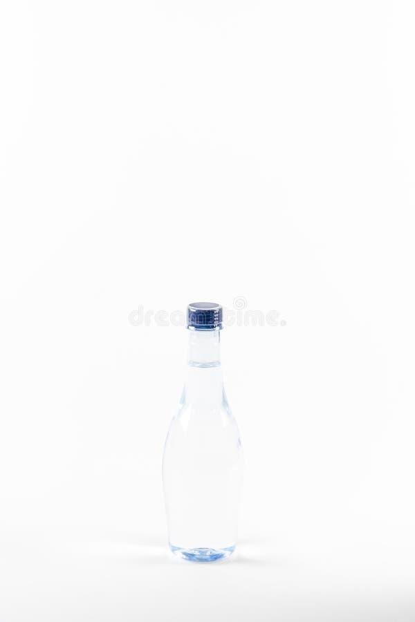 Flasche Trinkwasser auf weißem Hintergrund lizenzfreies stockfoto