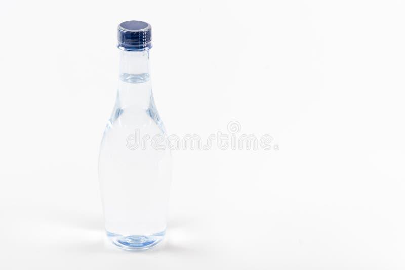 Flasche Trinkwasser auf weißem Hintergrund lizenzfreie stockbilder