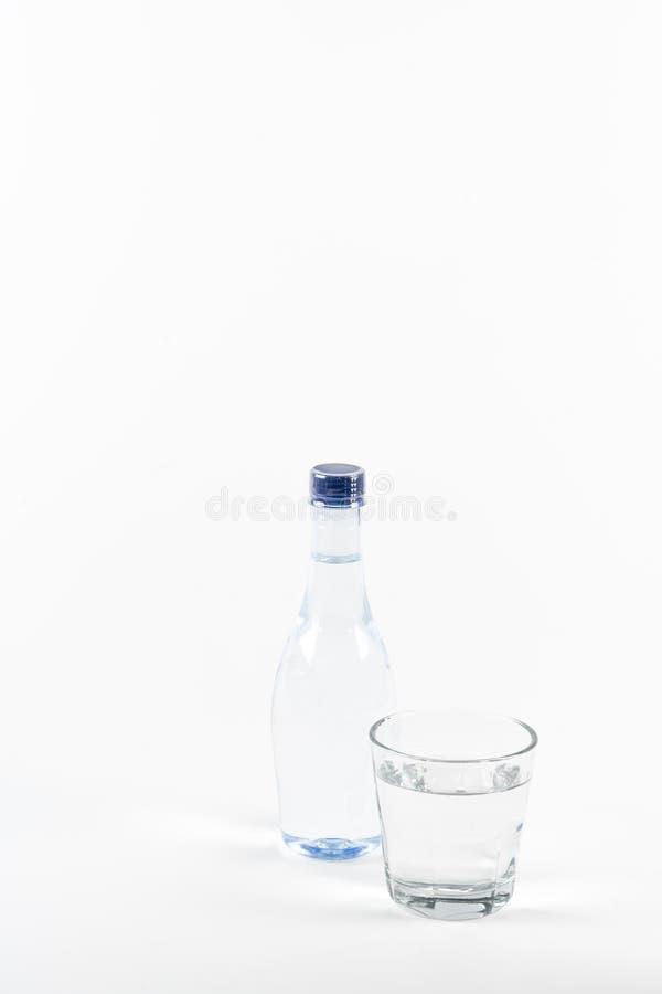Flasche Trinkwasser auf weißem Hintergrund stockbilder
