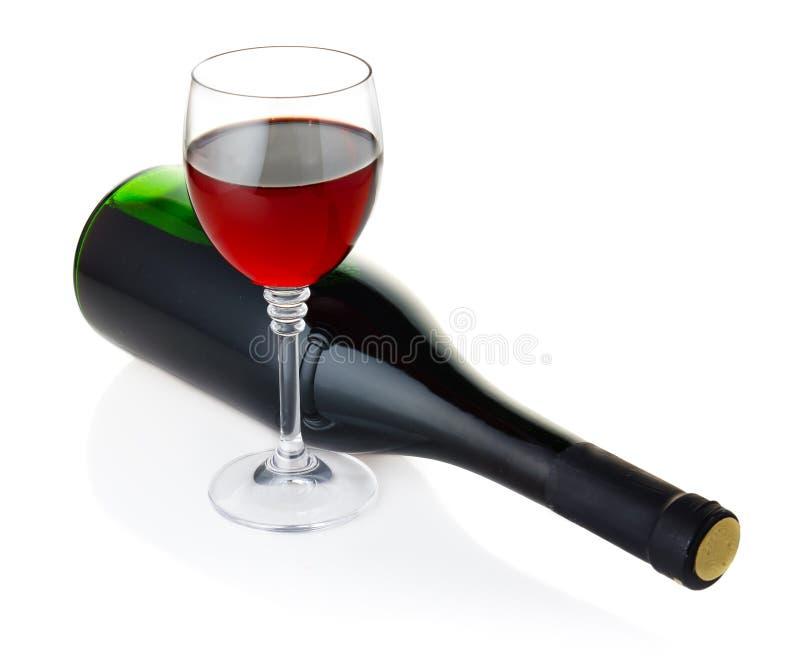 Flasche und Becher Rotwein getrennt auf Weiß stockbild