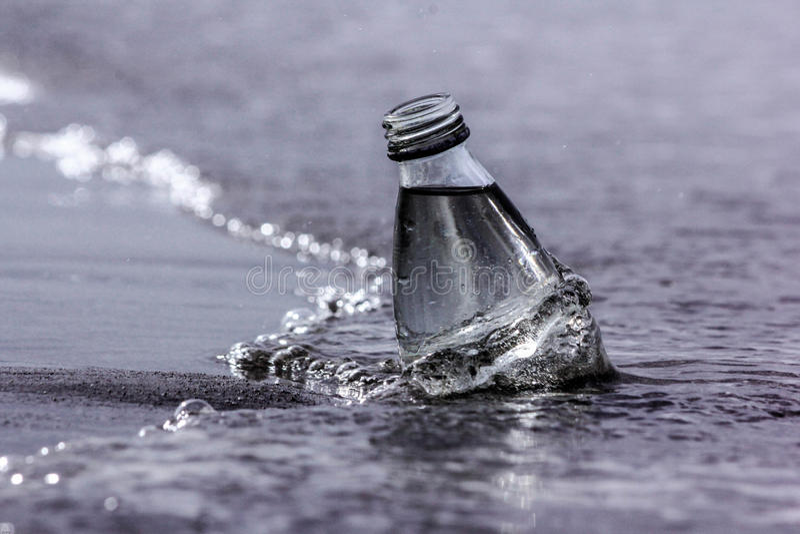 Flasche und das Meer stockfotografie