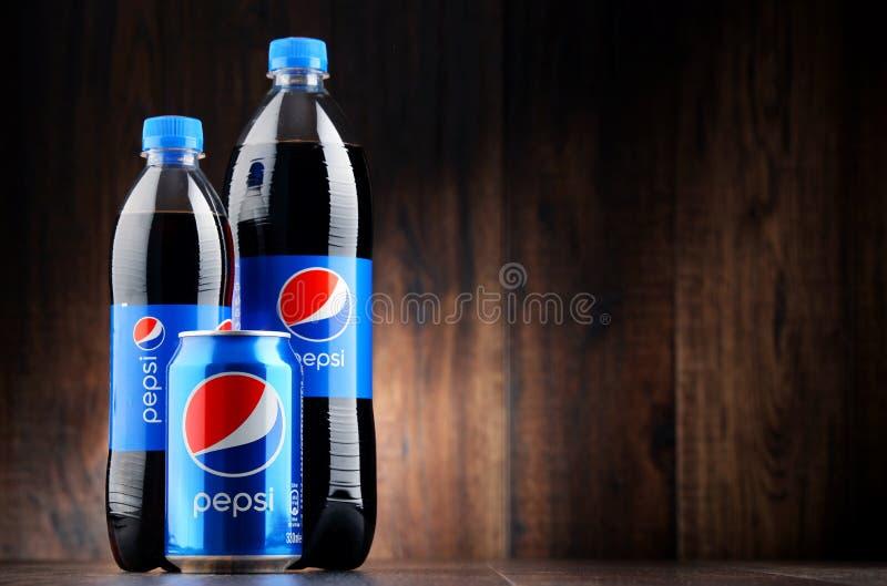 Flasche und Dose des gekohlten alkoholfreien Getränkes Pepsi lizenzfreie stockbilder