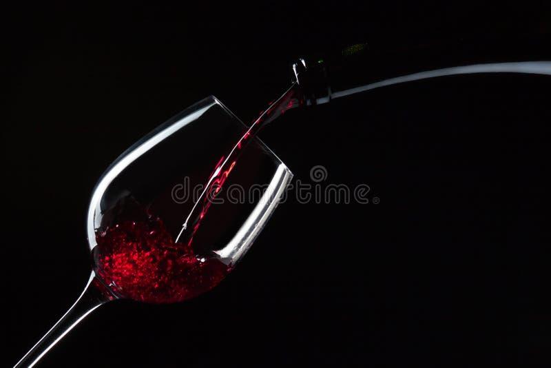 Flasche und Glas mit Rotwein lizenzfreie stockfotografie