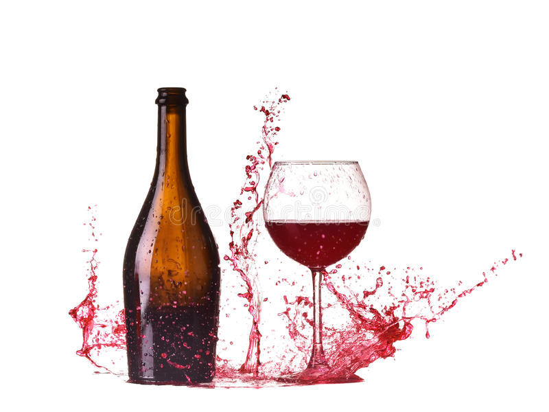 Flasche und Glas mit Rotwein, Rotweinspritzen, Wein, der auf die Tabelle herum lokalisiert auf weißem Hintergrund, großes Spritze stockfotografie