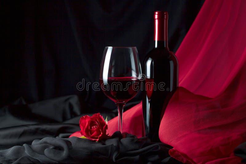 Flasche und Glas Rotwein stockfotos
