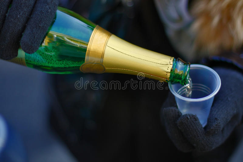 Flasche und plasic Glas stockbild