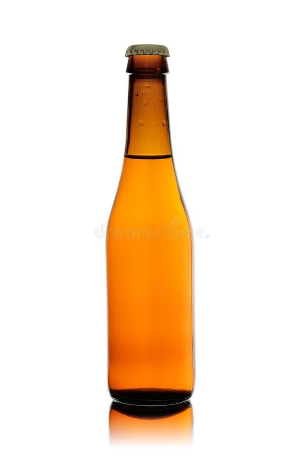 Flasche vom braunen Glas mit dem Bier versiegelt durch einen Eisenstopper, lokalisiert auf einem weißen Hintergrund lizenzfreies stockfoto