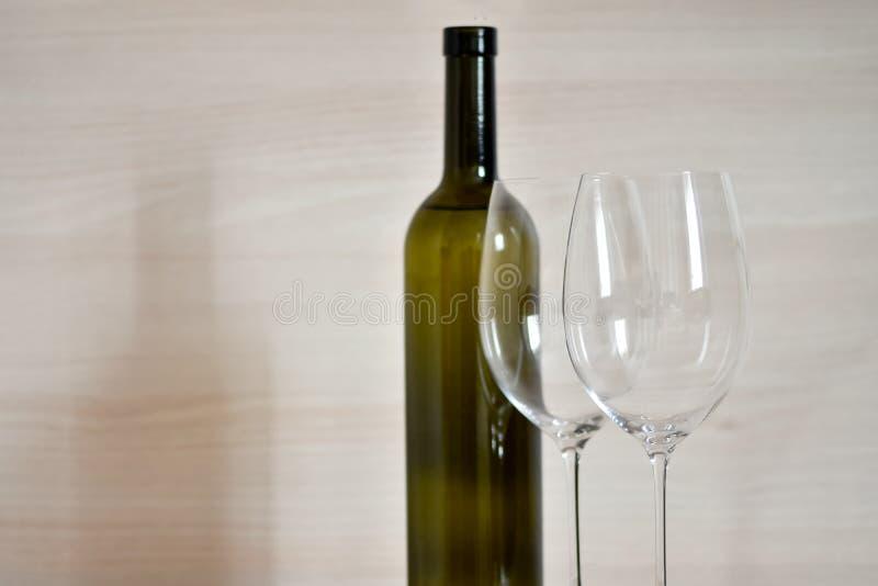 Flasche von Wein und Weinglas Stemware im einfachen Innenraum stockbilder