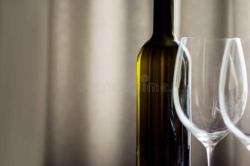 Flasche von Wein und Weinglas Stemware im einfachen Innenraum lizenzfreie stockbilder
