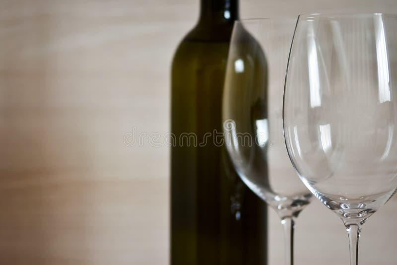 Flasche von Wein und Weinglas Stemware im einfachen Innenraum lizenzfreie stockfotografie