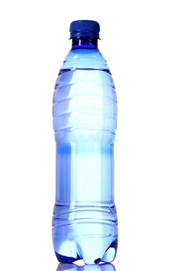 Flasche Wasser mit Wasser fällt auf Blau stockbilder