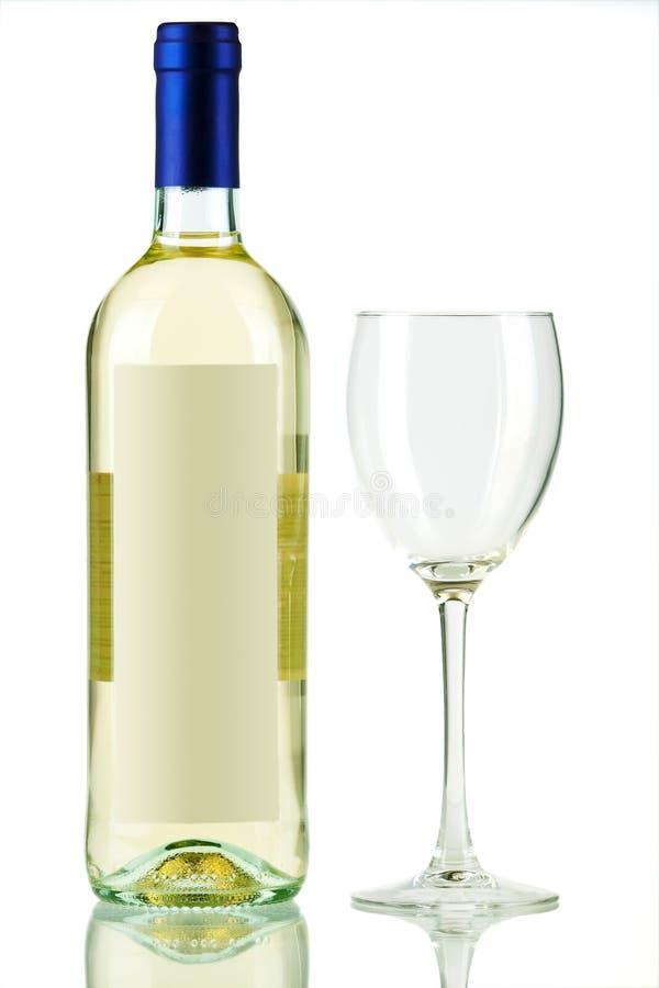 Flasche weißer Wein und leeres Weinglas lizenzfreies stockbild
