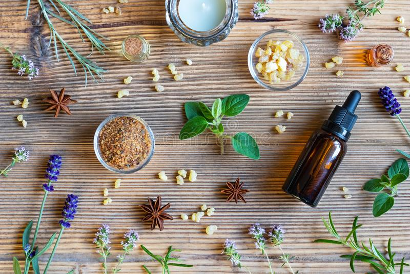 Flaschen ätherisches Öl mit Weihrauch, Oregano, Lavendel lizenzfreies stockfoto