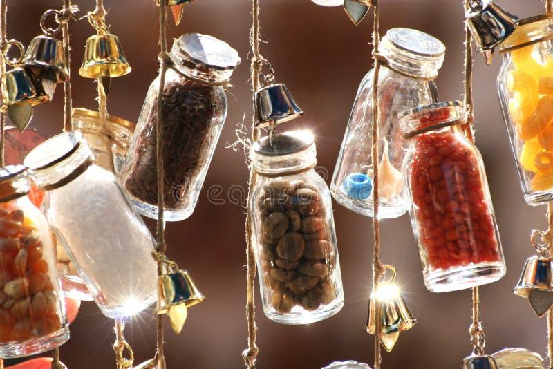Flaschen auf einer Zeichenkette lizenzfreies stockfoto