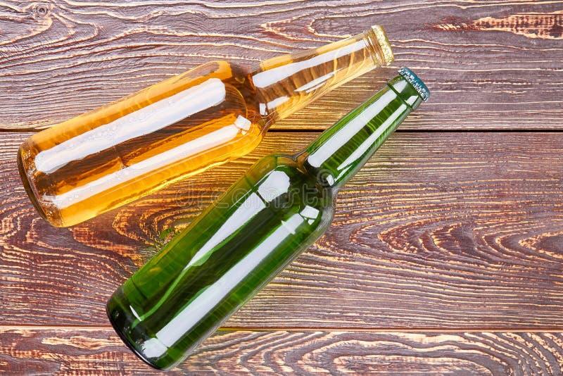 Flaschen Bier auf altem Holztisch stockfotografie
