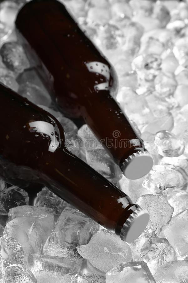 Flaschen Bier auf Stapel stockfotos