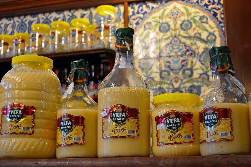 Flaschen boza zähflüssiges Stärkungsmittel, gemacht vom Wasser, vom Zucker und von gegorener Gerste lizenzfreie stockbilder
