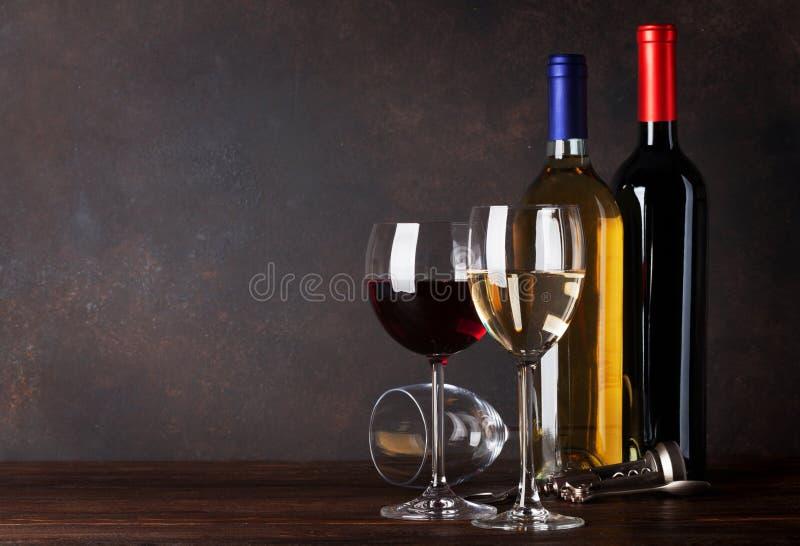 Flaschen des roten und weißen Weins lizenzfreies stockbild