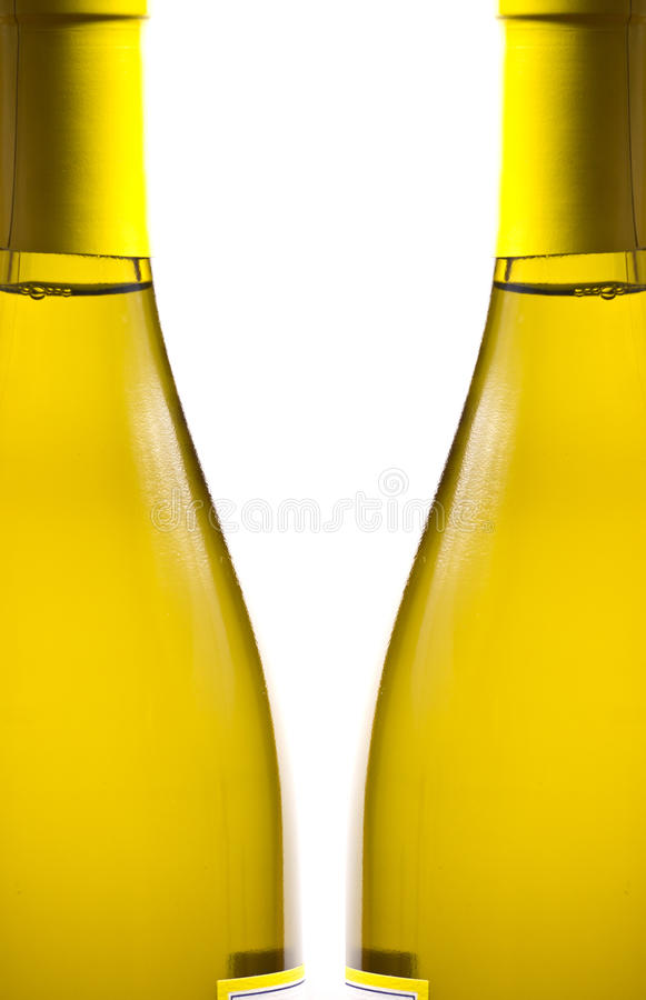 Flaschen des weißen Weins über weißem Hintergrund stockbild