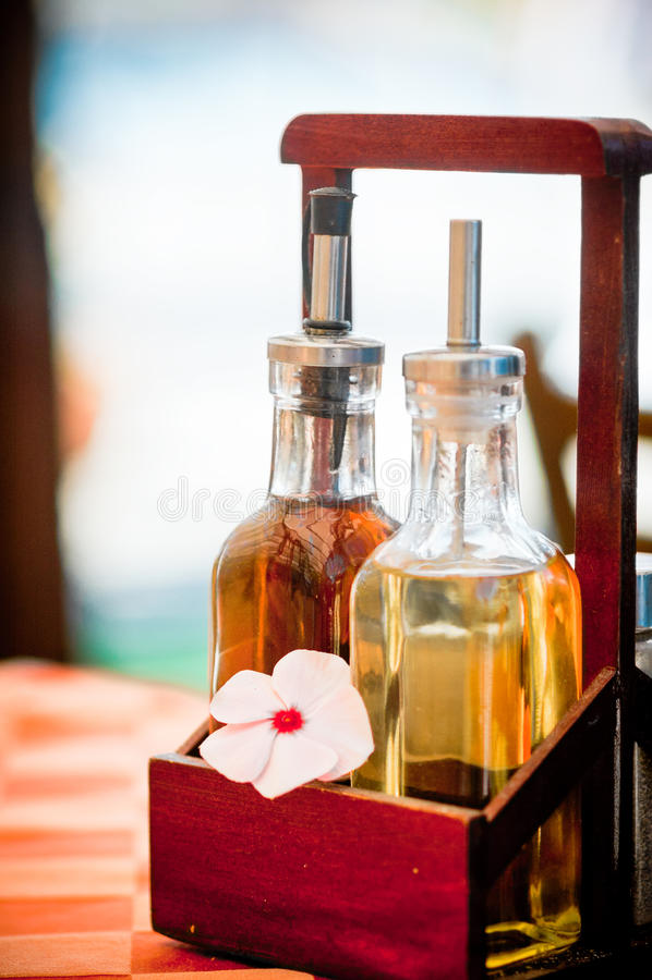 Flaschen Essig und Olivenöl lizenzfreies stockbild