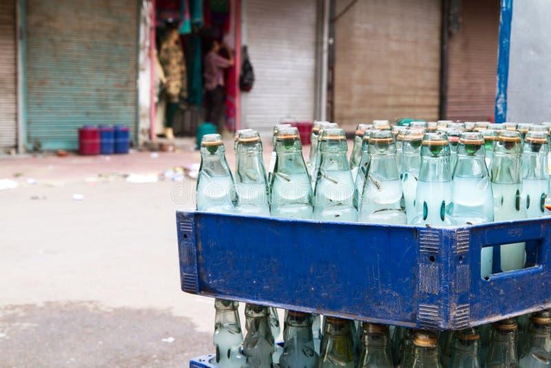 Flaschen gefüllt mit Wasser stockbilder