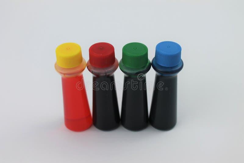 Flaschen Lebensmittelfarbstoff auf einem weißen Hintergrund lokalisiert stockbild
