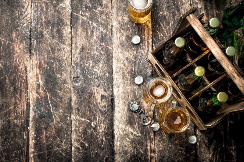 Flaschen mit Bier in einem alten Kasten lizenzfreie stockfotos
