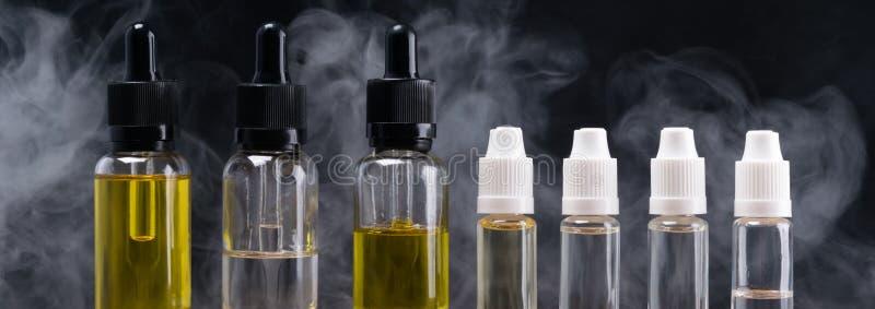 Flaschen mit verschiedenen Aromen für elektronische Zigaretten, auf den Hintergrundpaaren lizenzfreies stockbild