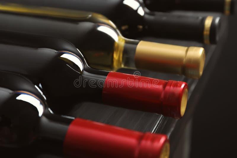 Flaschen mit Wein auf Regal, Nahaufnahme Berufssommelier lizenzfreie stockbilder