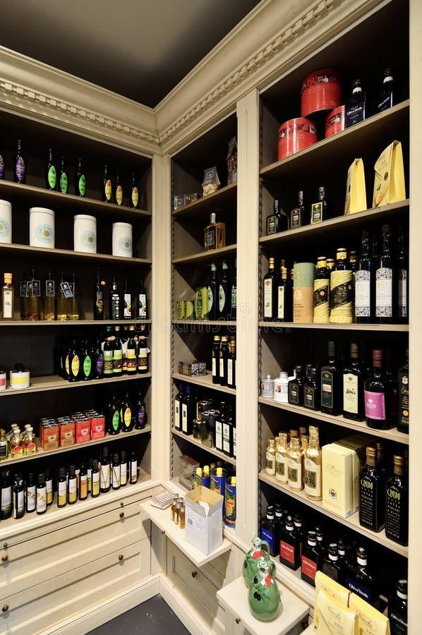 Flaschen Olivenöl auf dem Regalspeicher stockfoto