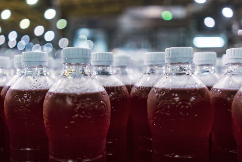 Flaschen rotes Soda in der Fabriklinie lizenzfreie stockfotografie