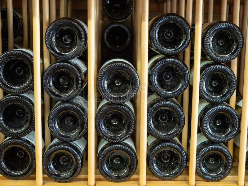 Flaschen Rotwein in den Schichten im Weinregal mit Enden mit den Unterseiten gezeigt in der Anzeige lizenzfreies stockfoto