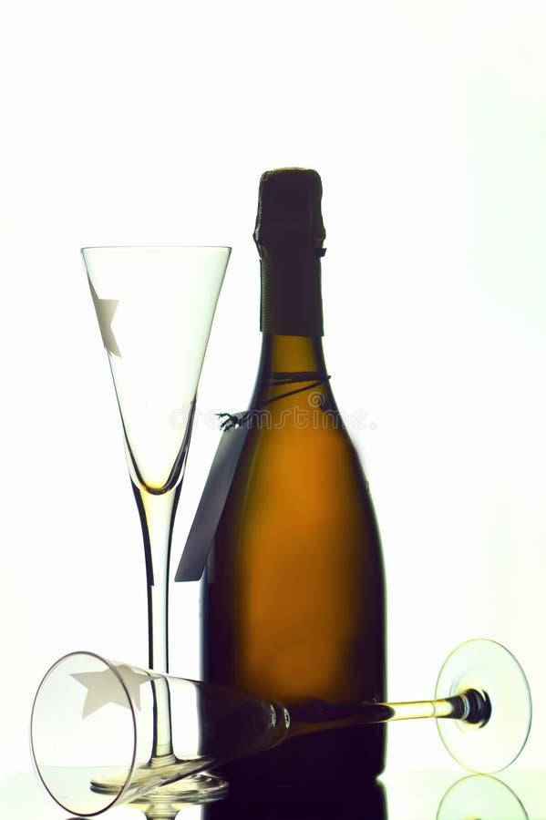 Flaschen- und Champagnergläser lizenzfreies stockfoto