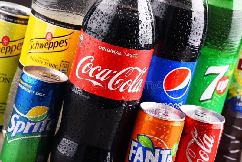 Flaschen und Dosen sortierte globale alkoholfreie Getränke stockfotografie