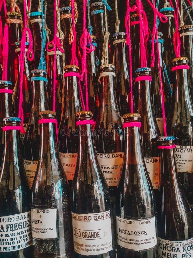 Flaschen und Gl?ser auf einfachen h?lzernen backgrouns lizenzfreies stockfoto