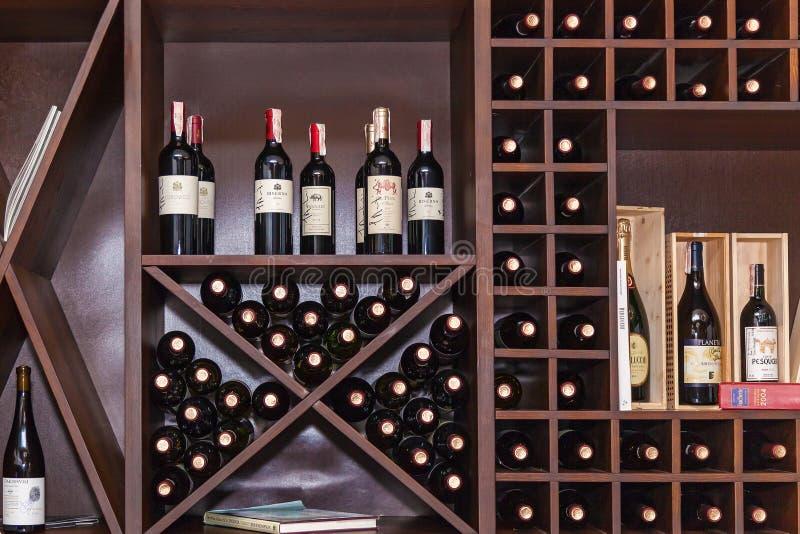 Flaschen Wein auf den Regalen lizenzfreie stockfotografie