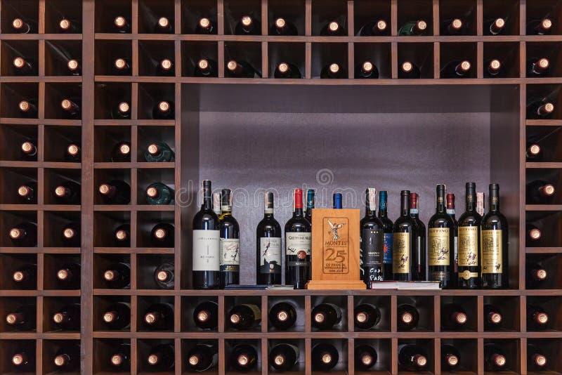 Flaschen Wein auf den Regalen lizenzfreie stockfotos