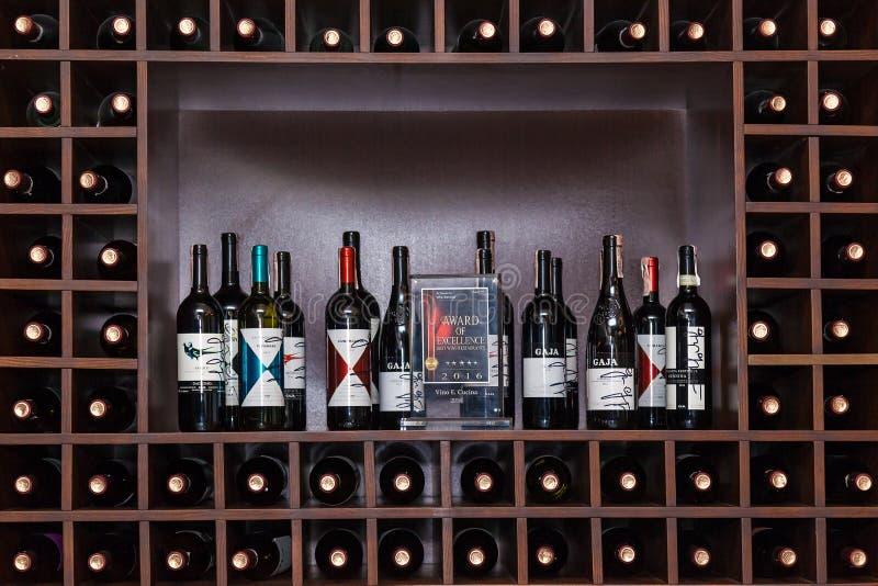 Flaschen Wein auf den Regalen stockfoto