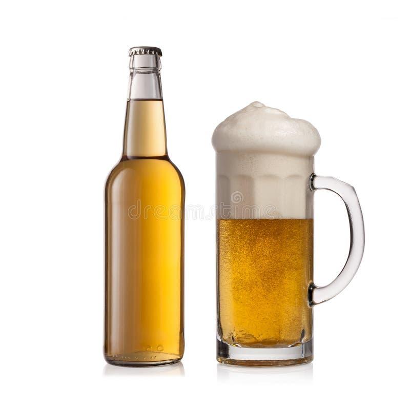 Flaschenbier und -glas auf weißem Hintergrund stockbilder