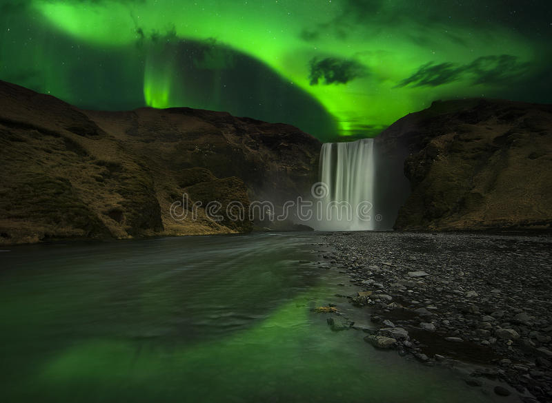 Flash do polaris da Aurora acima da cachoeira foto de stock