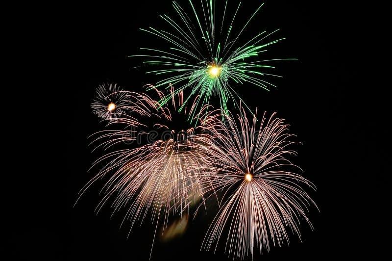 Flashes brilhantes de fogos-de-artifício comemorativos imagem de stock
