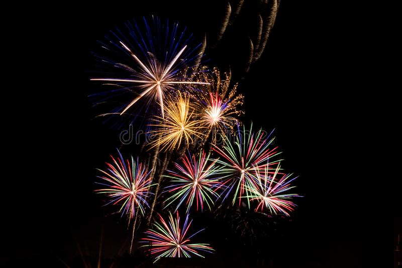 Flashes brilhantes dos fogos-de-artifício fotos de stock royalty free