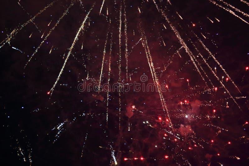 Flashes des feux d'artifice sur le fond noir de ciel photo stock