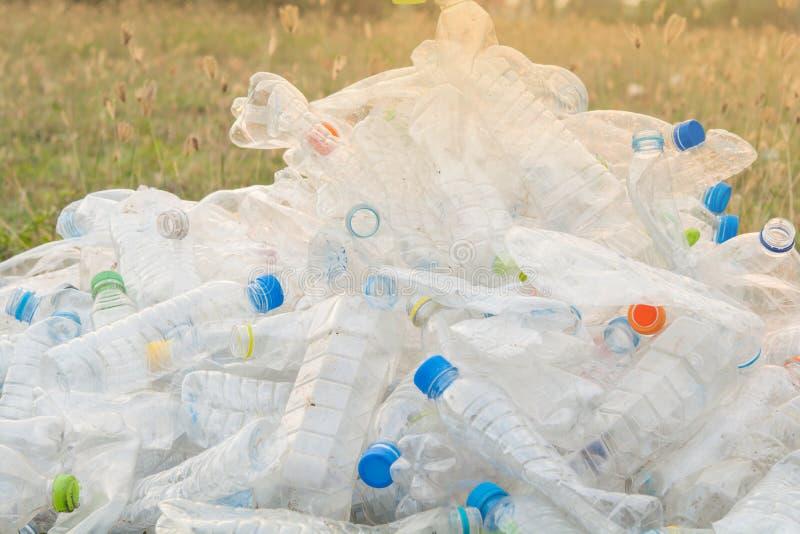 Flaskåtervinning på gräsmattan royaltyfria foton